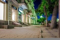 Картинка Омск, витрины, тротуар, магазины, вывески, деревья, город, окна, улица, ночь, фонари