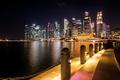 Картинка ночь, огни, побережье, небоскребы, фонари, Сингапур