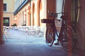 Картинка дворик, велосипед, кафе, город