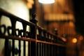 Картинка макро, прутья, металлический, железо, ограда, огни, боке, вечер, забор, ночь