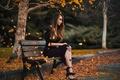 Картинка листопад, скамья, парк, девушка, осень