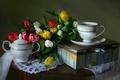 Картинка натюрморт, чай, коробка, чашка, сахарница, тюльпаны