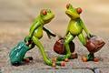 Картинка игрушки, путешествие, фигурки, лягушка, туристы, чемоданы, frog, лягушки