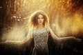Картинка взгляд, прелесть, брызги, красивая, девушка, ветки, платье, лес, модель, капли, свет, нежная, кучерявая, шатенка, милая, ...