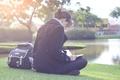 Картинка отражение, HD wallpapers, дерево, брюнетка, зелень, сидит, читает, река, осень, интересно, природа, книга. учебник, джинсы, ...