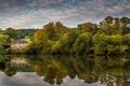Картинка отражение, деревья, берег, осень, вода, красиво, вечер, дом, река, облака