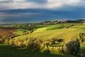 Картинка поле, осень, небо, облака, деревья, Италия, синее, поселок, Тоскана