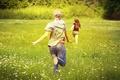 Картинка девушки, ромашки, бег, поле