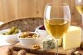 Картинка оливки, орехи, сыр, белое, бокал, вино