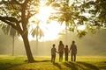 Картинка зелень, трава, листья, деревья, дети, фон, дерево, widescreen, обои, настроения, листва, семья, wallpaper, прогулка, мама, ...