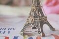 Картинка франция, настроения, эйфелева башня, фон, корона, обои, статуэтка, париж, кулон