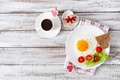 Картинка любовь, egg, завтрак, сервировка, хлеб, яичница, салат, романтика, сердце, подарок, помидоры, яйцо, доски, romance, coffee, ...