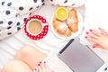 Картинка утро, постель, кофе, планшет, девушка, круассаны, завтрак, ноги