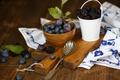 Картинка ежевика, доска, ложка, черника, ягоды, фрукты, сливы, посуда