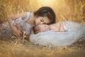Картинка девочка, дети, природа, младенец, трава, поцелуй