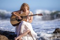 Картинка море, девушка, музыка, гитара