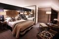 Картинка стиль, комната, интерьер, квартира, белый, кровать, коричневый, дерево, зеркало, черный, кресло, дизайн