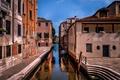 Картинка утро, лодка, Италия, тротуар, дома, канал, ступени, Венеция, небо