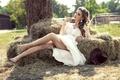 Картинка лето, макияж, ножки, шатенка, сено, лежит, шляпа, платье, солнце, в белом, девушка, отдыхает, настроение, красивая, ...