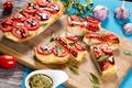 Картинка sandwich, соус, сыр, листья, tomato, бутерброды, доска, помидоры