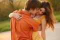 Картинка девушка, парень, лето, улыбка, любовь, волосы