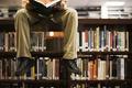 Картинка читает, книги, ноги, библиотека