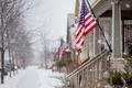 Картинка город, снег, улица, флаг